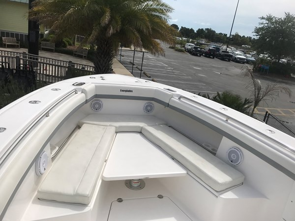 Grid Connection Everglades 2016 CC Forward Seating 2016 EVERGLADES 43 Center Console Center Console 2466275