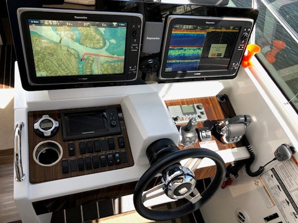 Helm and Electronics 2011 Cruisers Yachts 48 Cantius Cruiser 2485365