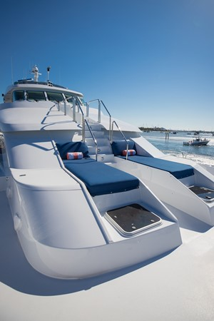 Bow Deck - Seating 1995 HATTERAS  Motor Yacht 2499083