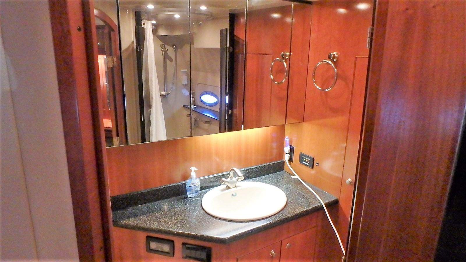 P1160926 2005 CRUISERS YACHTS 455 Express Motoryacht Motor Yacht 2522150