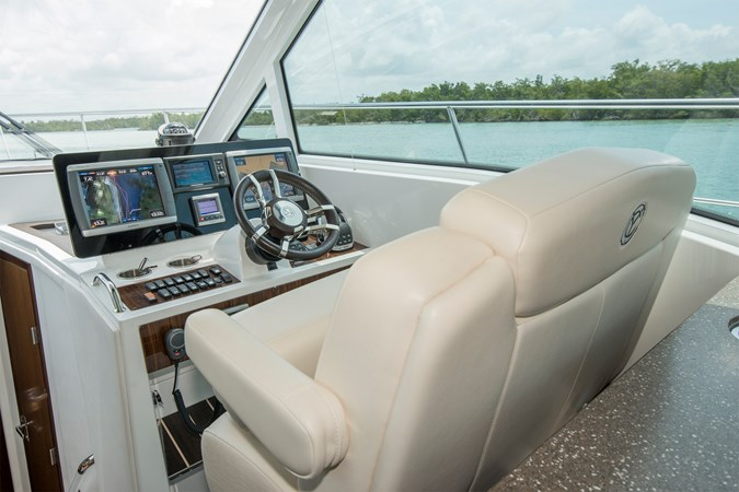 Helm 2013 Cruisers Yachts 41 Cantius Cruiser 2536572