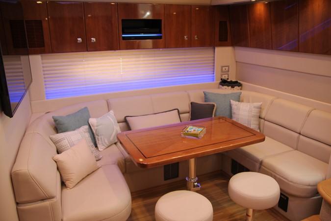 Dinette 2017 FORMULA Yacht Cruiser 2554116