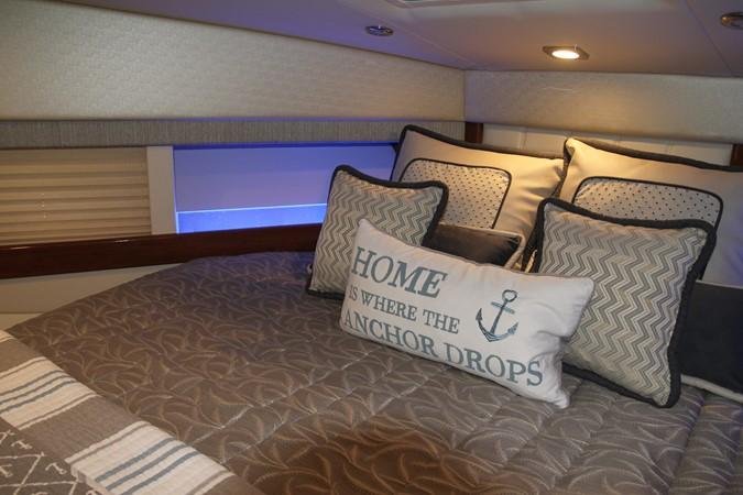 Master Stateroom 2017 FORMULA Yacht Cruiser 2554120