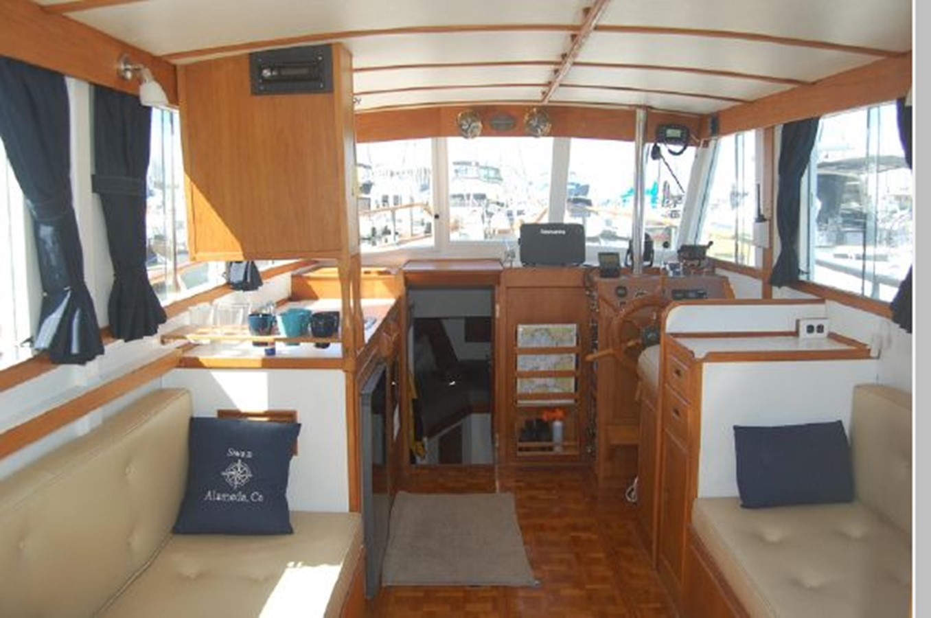 Salon looking forward 1976 GRAND BANKS  Trawler 2555255