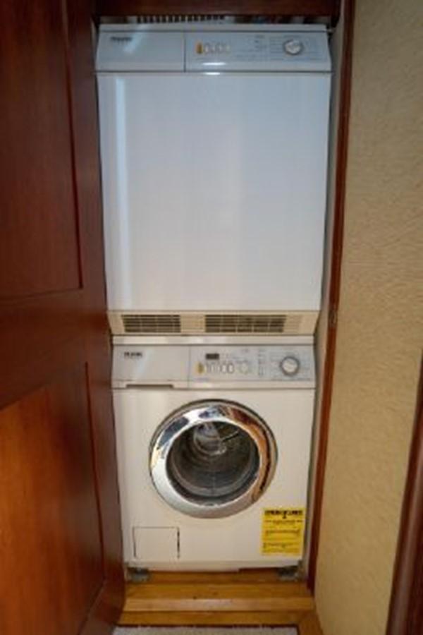 Washer Dryer Off Master Cabin 1998 PETTEGROW Custom Sport Fisherman 2558870