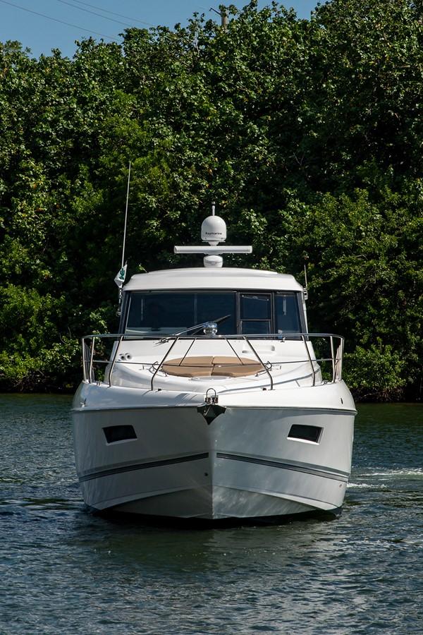 Bow Profile 2011 CRUISERS YACHTS Cantius Cruiser 2564044