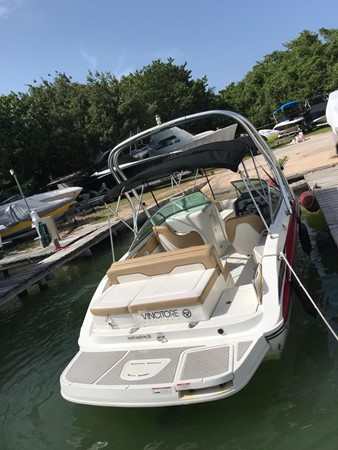 2011 SEA RAY 220 Sundeck Runabout 2572116