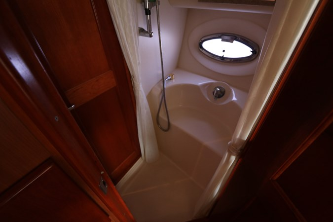 Shower Stall 2010 SILVERTON 38 Sport Bridge Cruiser 2578514