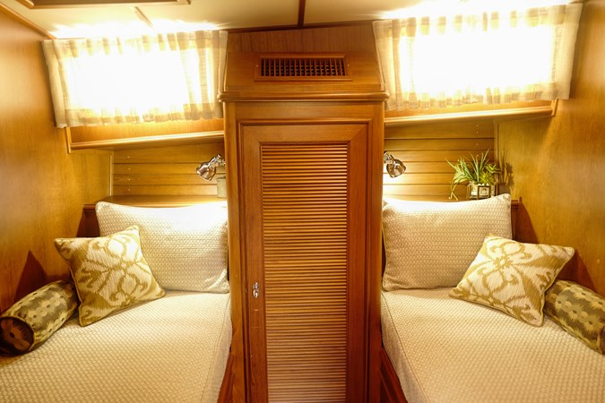 Guest Stateroom 2005 GRAND BANKS EASTBAY 49 Cruiser 2582458