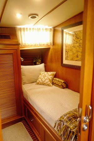 Guest Stateroom 2005 GRAND BANKS EASTBAY 49 Cruiser 2582459