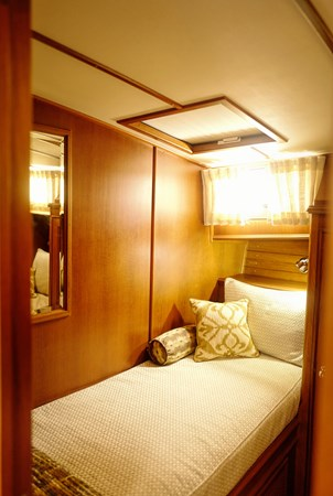 Guest Stateroom 2005 GRAND BANKS EASTBAY 49 Cruiser 2582460