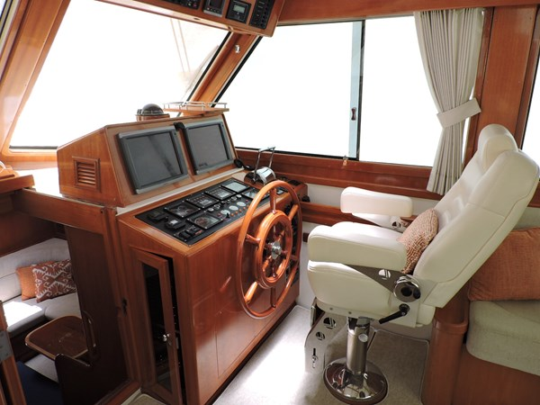 Helm 2005 GRAND BANKS EASTBAY 49 Cruiser 2582466