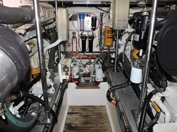 Engine Room 2005 GRAND BANKS EASTBAY 49 Cruiser 2582476