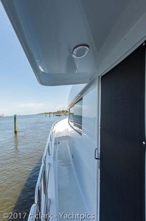 Port Side Deck 1999 BROWARD Motor Yacht Motor Yacht 2598561