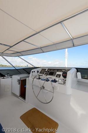 Flybridge Helm Deck 1999 BROWARD Motor Yacht Motor Yacht 2598563
