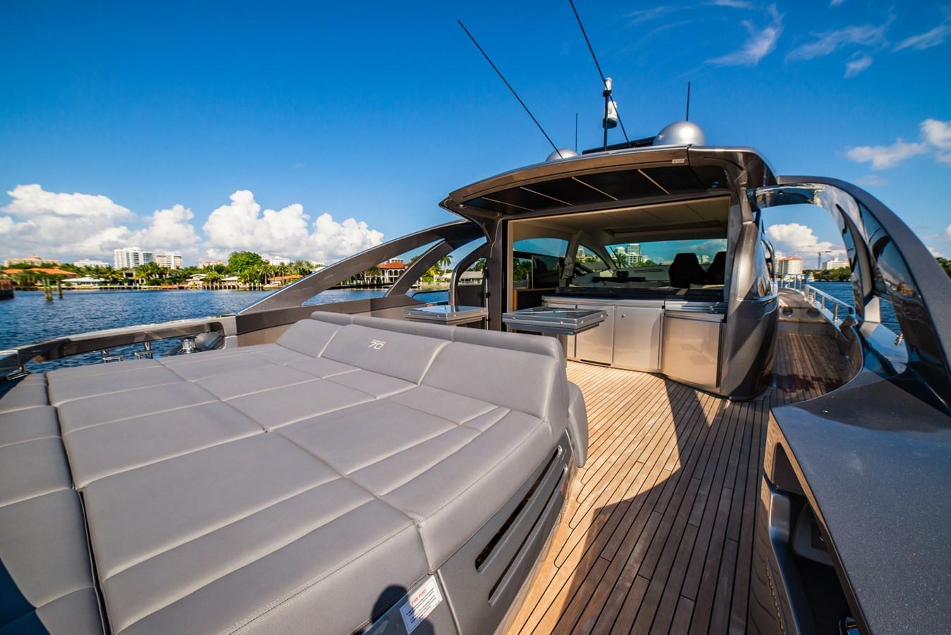 Stern 2017 PERSHING Motor yacht Motor Yacht 2717027
