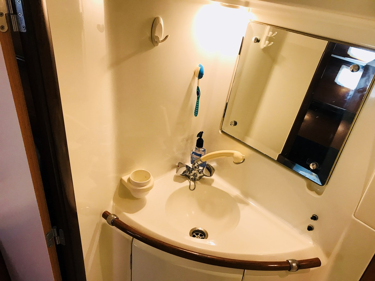 ensuite sink and shower 1998 BENETEAU Oceanis 461 Aft Cockpit 2603520