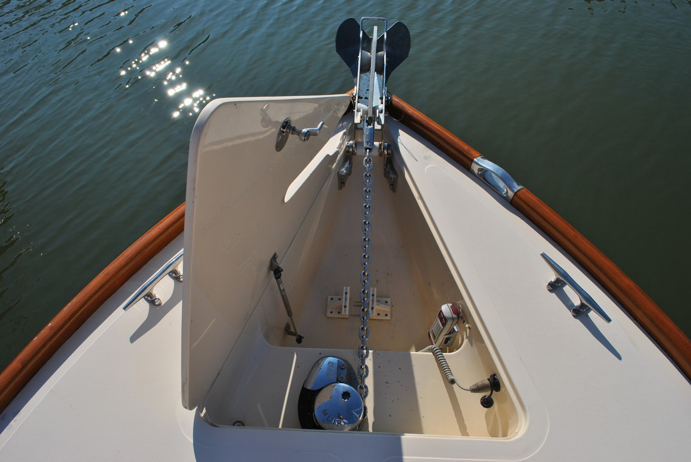Anchor Locker and Windlass 1996 HINCKLEY Picnic Boat Motor Yacht 2604786