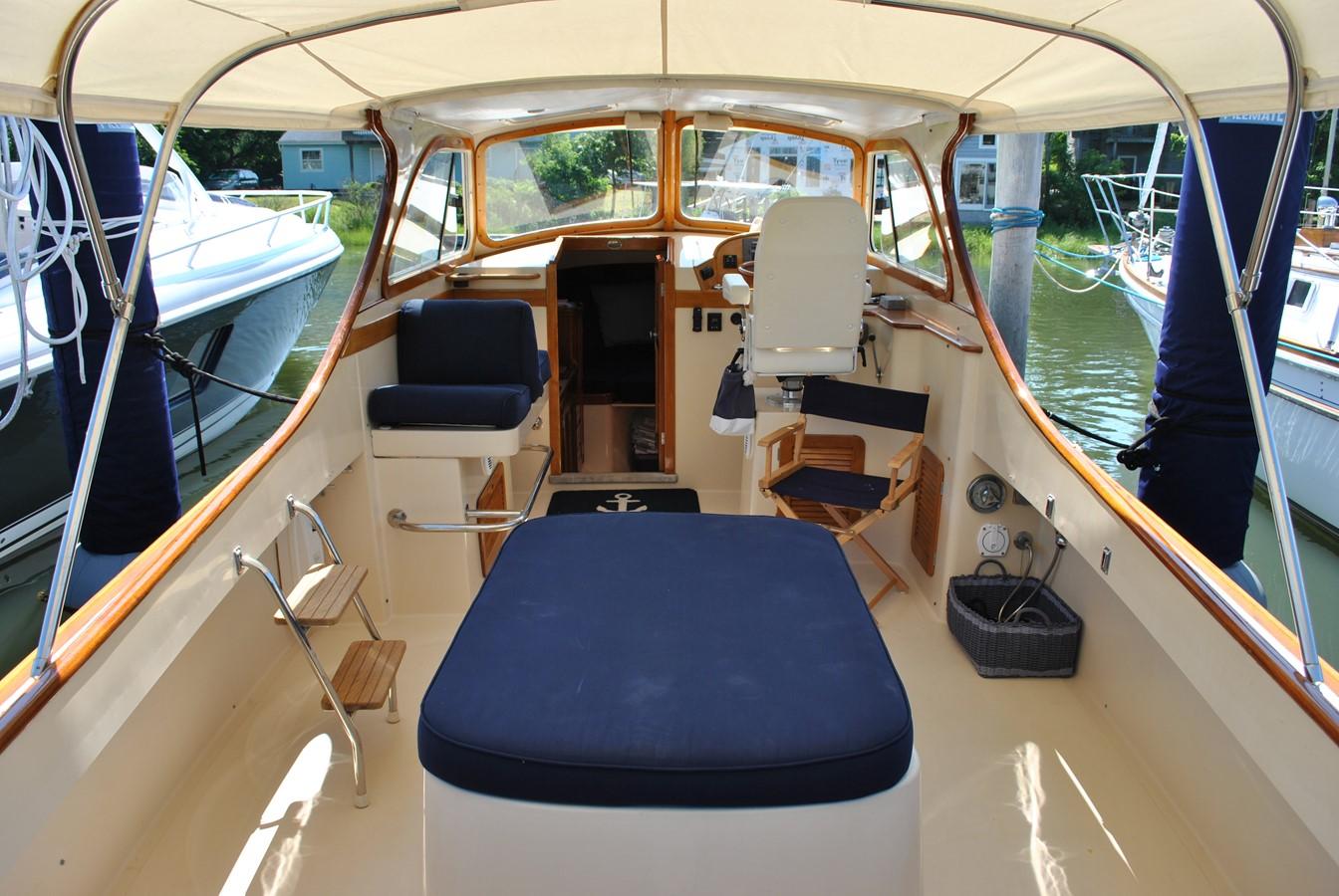 Cockpit Forward 1996 HINCKLEY Picnic Boat Motor Yacht 2604789