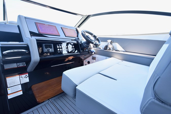 Helm 2020 Cruisers Yachts 38 GLS Runabout 2693008