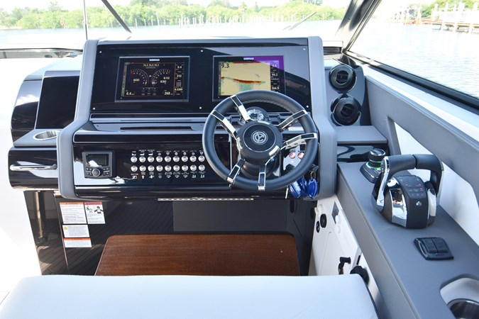 Helm Controls 2020 Cruisers Yachts 38 GLS Runabout 2693010