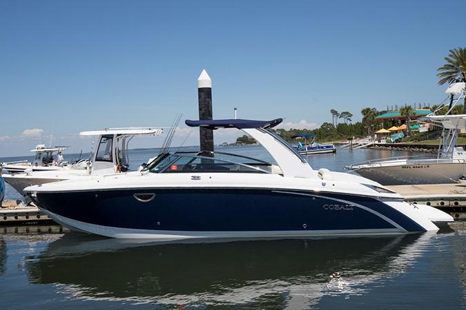 Port profile 2016 COBALT R30 Deck Boat 2605400