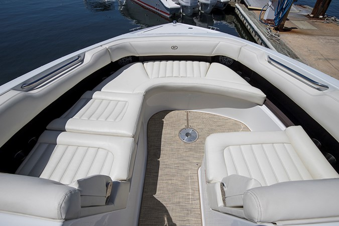 Bow seating area 2016 COBALT R30 Deck Boat 2605410