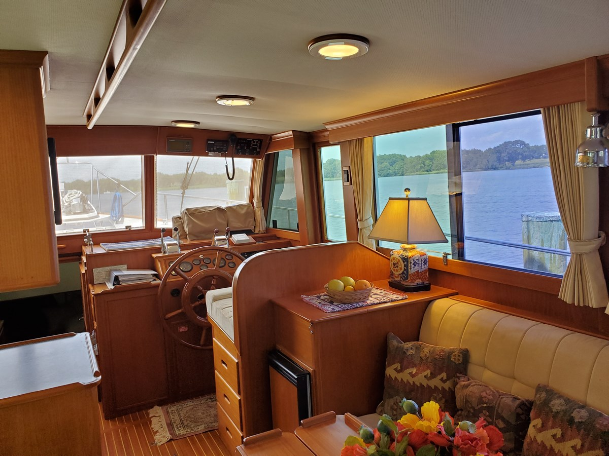 Salon looking forward to helm station 2003 GRAND BANKS 42 Classic Trawler 2613060