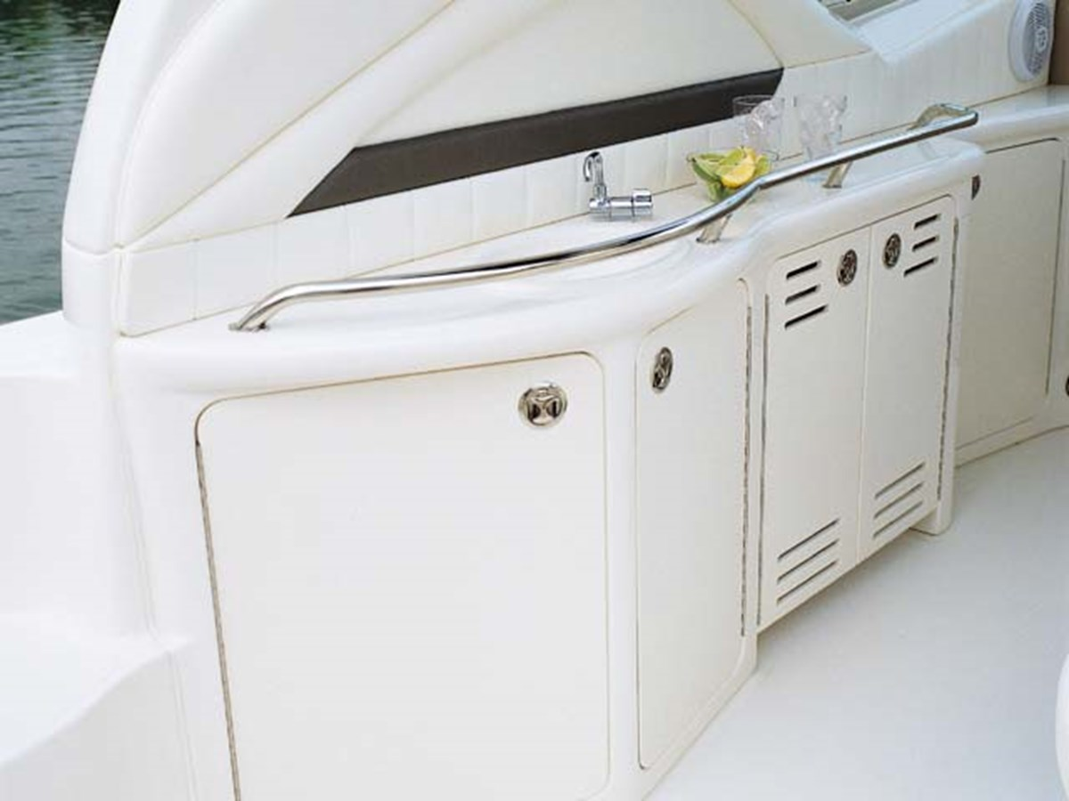 Great for cold drinks while cruising  2003 SEA RAY Sundancer Sport Yacht Cruiser 2622666