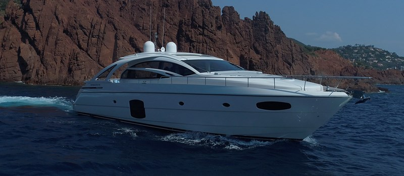 Bow-On 2015 PERSHING 70 Motor Yacht 2673759