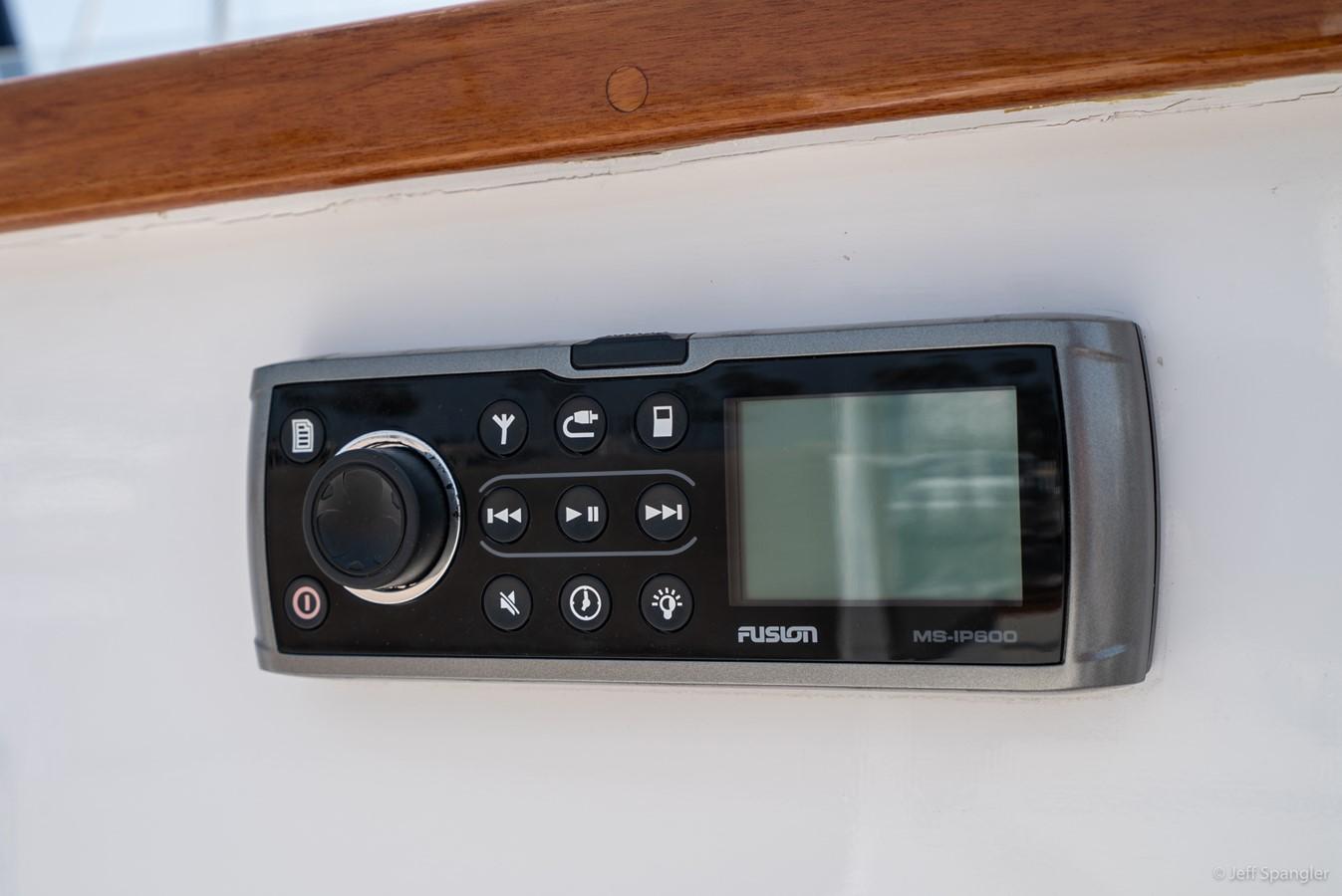 Flybridge Stereo 1973 GRAND BANKS Grand Banks Europa Trawler 2626028