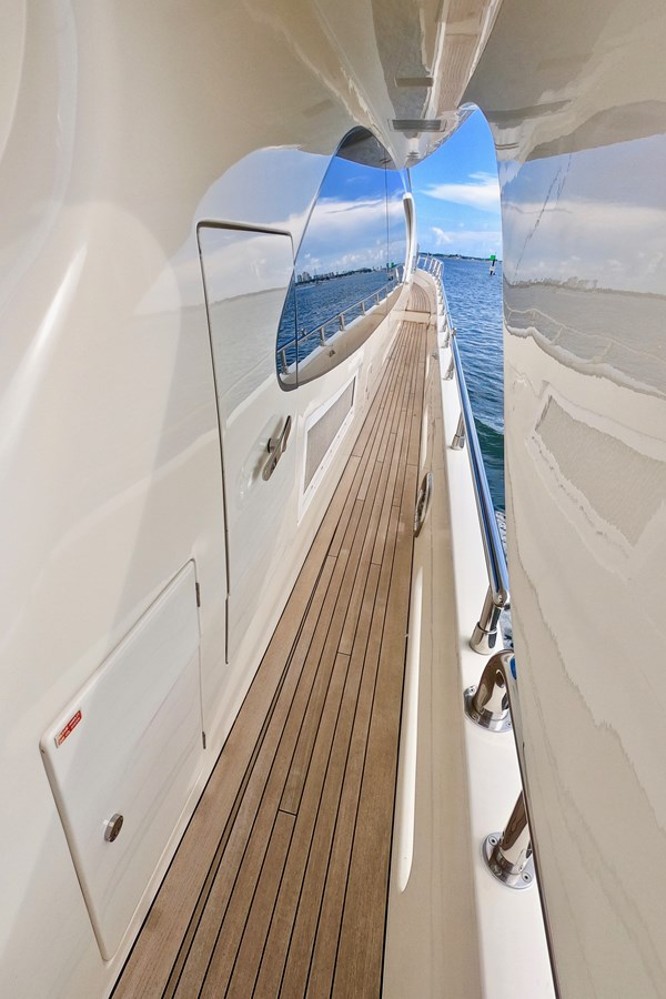 2009 85 Azimut Flybridge - Walk Deck 2009 AZIMUT 85 Flybridge Motor Yacht 2649829