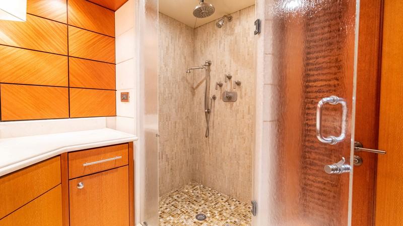 Master Bath - His 2008 TRINITY Tri-Deck Motor Yacht 2672537
