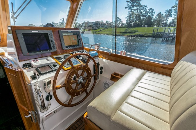 Helm 2002 GRAND BANKS Eastbay 38 HX Cruiser 2697490