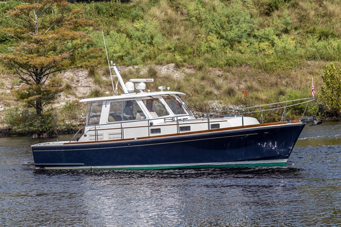 Port Profile 2002 GRAND BANKS Eastbay 38 HX Cruiser 2710537