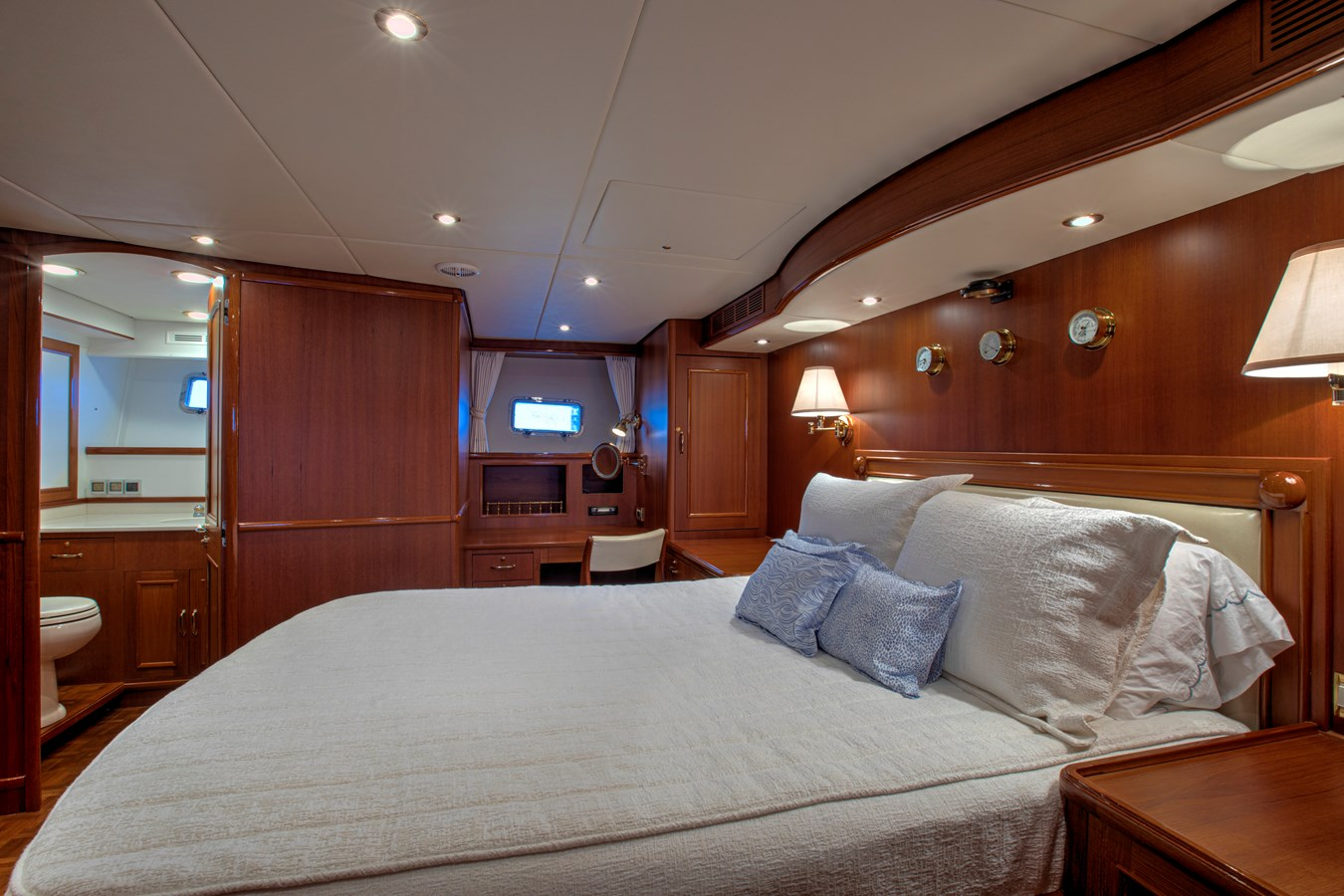 Master to Starboard 2006 GRAND BANKS 59 Aleutian RP Motor Yacht 2690084