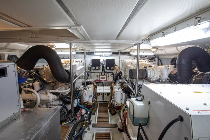 Engine Room Forward 2006 GRAND BANKS 59 Aleutian RP Motor Yacht 2690074