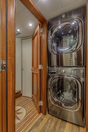 Laundry 2010 PLATINUM/BLUEWATER YACHT BLDRS  Motor Yacht 2693691
