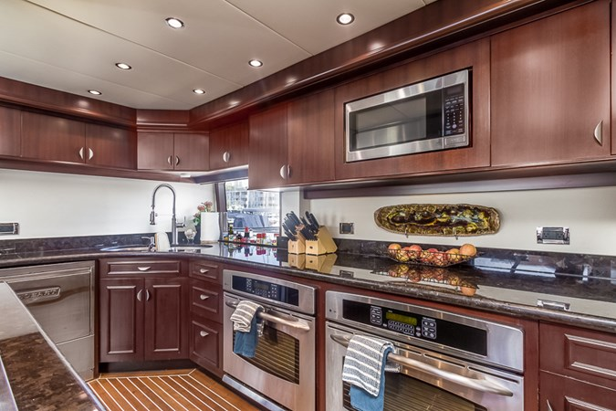 Galley 2010 PLATINUM/BLUEWATER YACHT BLDRS  Motor Yacht 2693734