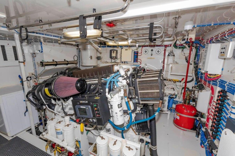 Engine Room Port 2013 HATTERAS  Motor Yacht 2711368