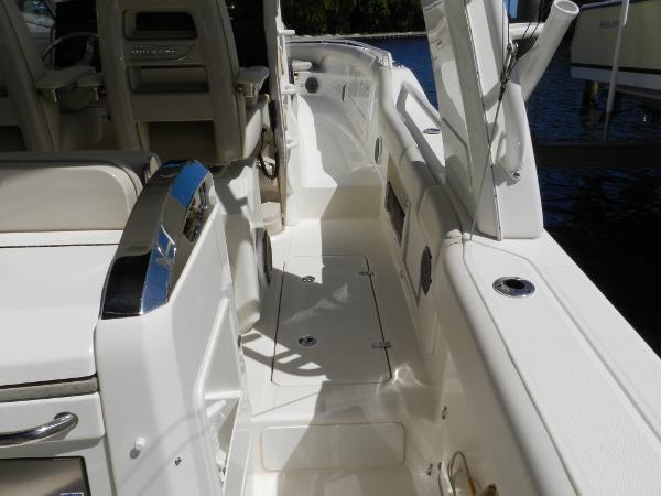 56 2018 BOSTON WHALER  Motor Yacht 2712038
