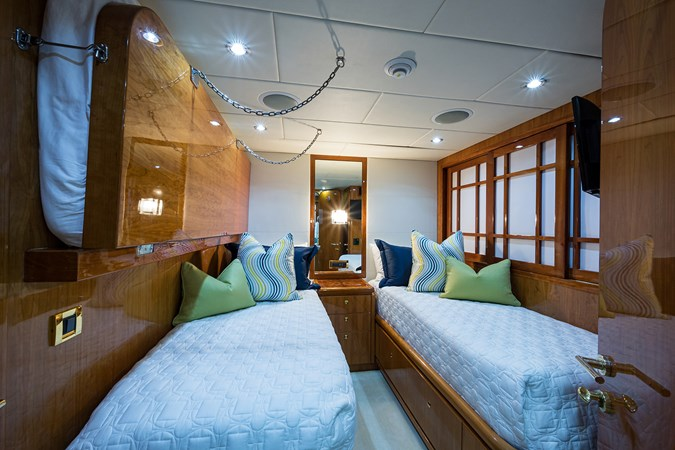 Guest Twin Stateroom - Mid Port 2005 HARGRAVE Sky Lounge Motor Yacht 2716543