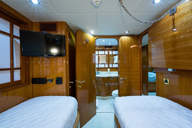 Guest Twin Stateroom - Mid Port 2005 HARGRAVE Sky Lounge Motor Yacht 2716544