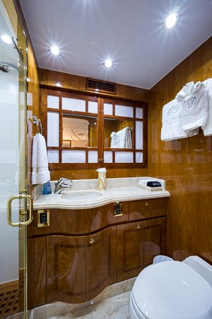 Guest Twin Bath - Mid Port 2005 HARGRAVE Sky Lounge Motor Yacht 2716545