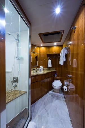 Crew Head 2005 HARGRAVE Sky Lounge Motor Yacht 2716553