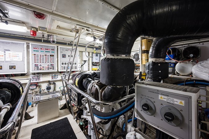Engine Room  2005 HARGRAVE Sky Lounge Motor Yacht 2716565
