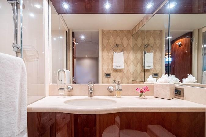 Guest Bath 2004 LAZZARA  Motor Yacht 2744134