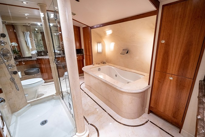 Master His and Her Bath 2005 WESTPORT Tri-Deck MY Motor Yacht 2744200