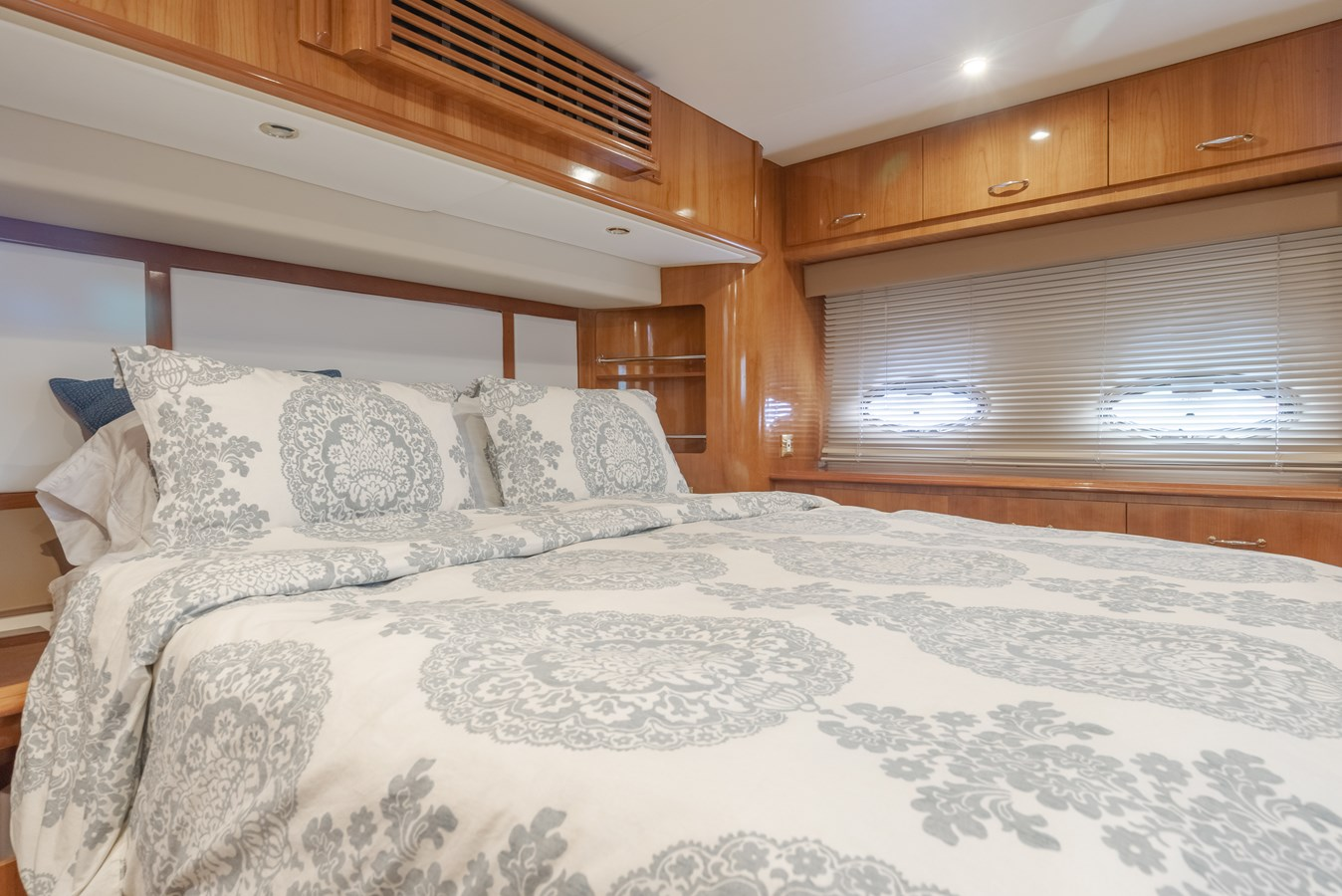 DSC03610-HDR 2005 CARVER  Motor Yacht 2737809