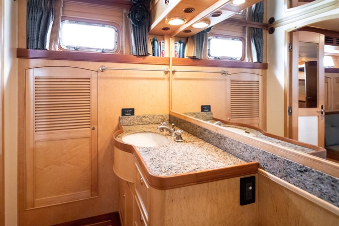 Master Head Starboard 2005 MARLOW Explorer 78E Motor Yacht 2765368